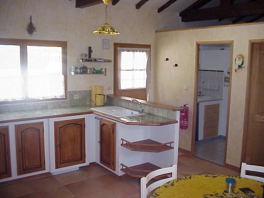 Küche, Blick auf Eingang und Badezimmer